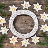 Frontière de Noël : étoiles de guirlande de lumières et branches chaudes confortables de sapin autour d'une guirlande blanche sur photos libres de droits