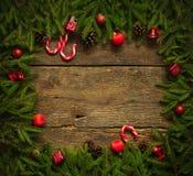 Frontière de Noël avec des branches d'arbre de sapin, cônes, décorums de Noël Image stock