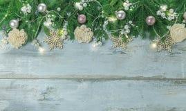 Frontière de Noël avec les arbres, boules, étoiles et d'autres ornements, sur le blanc Projectile de studio Photographie stock libre de droits
