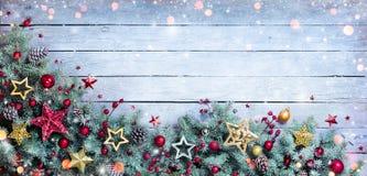 Frontière de Noël - branches de sapin avec des babioles Photographie stock