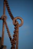 Frontière de sécurité à chaînes rouillée Photographie stock
