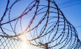 Frontière de sécurité avec un barbelé Images libres de droits