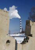 frontière de sécurité concrète de cheminée au-dessus du fumage vu Photographie stock
