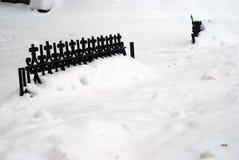 Frontière de sécurité couverte dans la neige Image libre de droits
