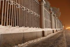 Frontière de sécurité de jardin sur le Bankment du fleuve de Neva Image stock