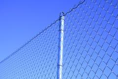 Frontière de sécurité de maille avec un poteau Image stock