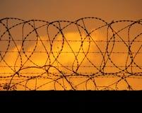 Frontière de sécurité de périmètre barbelée images libres de droits