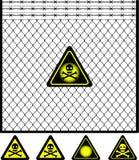 Frontière de sécurité de treillis métallique et signal d'avertissement Photo libre de droits