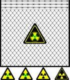 Frontière de sécurité de treillis métallique et signe de rayonnement Image stock