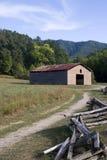Frontière de sécurité de vieille grange et de longeron fendu Photo stock