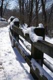 Frontière de sécurité en bois après des chutes de neige Images libres de droits