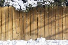 Frontière de sécurité en bois avec la neige photographie stock