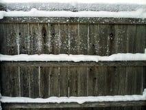 Frontière de sécurité en bois avec la neige Image stock