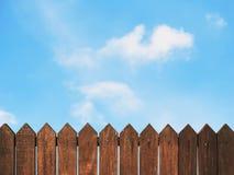 Frontière de sécurité en bois contre le ciel bleu Photos stock