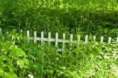 Frontière de sécurité en bois dans l'herbe Photo libre de droits