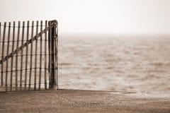 Frontière de sécurité en bois de morue de cap sur la plage Photos stock
