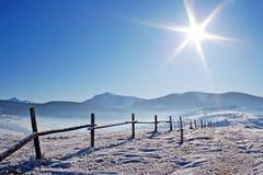 Frontière de sécurité en bois en montagnes snowcovered Image libre de droits