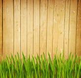 Frontière de sécurité en bois et herbe verte Image libre de droits