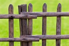 Frontière de sécurité en bois et herbe verte Photo stock