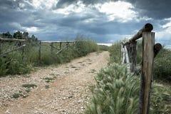 Frontière de sécurité en bois sur la route de campagne image stock
