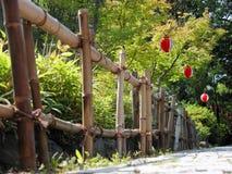 Frontière de sécurité et lampions en bambou Photographie stock libre de droits