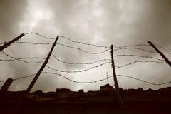 Frontière de sécurité et mur de barbelé Images stock