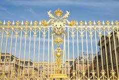 Frontière de sécurité et plalace d'or de Versailles Images stock