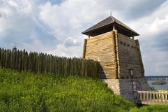 Frontière de sécurité et tour en bois images stock