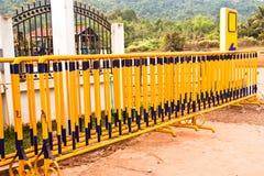 Frontière de sécurité jaune de fer. Photographie stock libre de droits