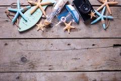 Frontière des articles marins et vieil appareil-photo sur le backg en bois de vintage Image libre de droits