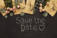 Frontière des enveloppes de mariage sur le fond noir Photographie stock libre de droits