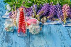 Frontière des fleurs de loup fraîches sur les planches en bois bleues Photo stock