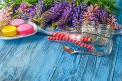 Frontière des fleurs de loup fraîches sur les planches en bois bleues Image libre de droits