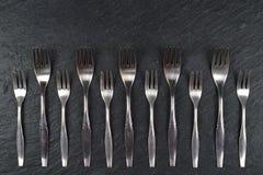 Frontière des fourchettes sur l'ardoise Photo stock