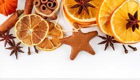 Frontière des oranges sèches, citrons, mandarines, anis d'étoile, bâtons de cannelle et pain d'épice, d'isolement sur le blanc Image libre de droits