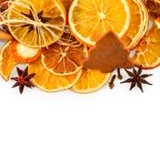 Frontière des oranges sèches, citrons, mandarines, anis d'étoile, bâtons de cannelle et pain d'épice, d'isolement sur le blanc Photographie stock