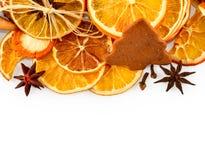 Frontière des oranges sèches, citrons, mandarines, anis d'étoile, bâtons de cannelle et pain d'épice, d'isolement sur le blanc Photos libres de droits