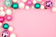 Frontière en pastel de coin de babiole de Noël au-dessus d'un fond rose photo libre de droits