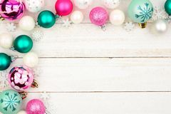 Frontière en pastel de coin de babiole de Noël au-dessus du bois blanc images libres de droits