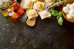Frontière italienne de pâtes de ravioli avec des ingrédients images stock