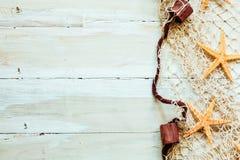Frontière nautique sur les conseils en bois beiges légers photos stock