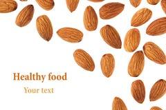 Frontière Nuts des amandes sur le fond blanc Pile de plan rapproché sélectionné d'amande D'isolement Image stock