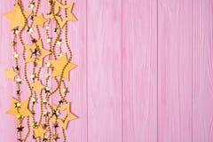 Frontière plate de configuration de grandes et petites étoiles des confettis Perles et étoiles d'or Photographie stock