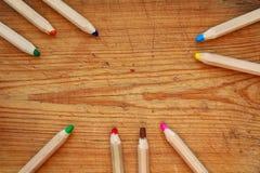 Frontière ronde des crayons en bois larges sur le bois brun Vue supérieure Photos libres de droits