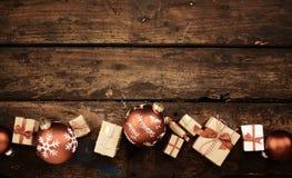 Frontière rustique de Noël avec des cadeaux et des babioles Photo stock