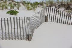 Frontières de sécurité d'enroulement et herbes de plage photos stock