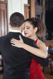 Fronti commoventi del partner e della donna mentre eseguendo tango Fotografia Stock