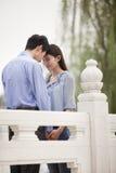 Fronti commoventi delle giovani coppie e tenersi per mano su un ponte fotografia stock