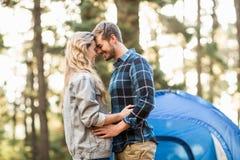 Fronti commoventi delle giovani coppie felici del campeggiatore Fotografia Stock