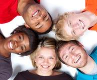 Fronti del primo piano degli studenti di college Multi-racial